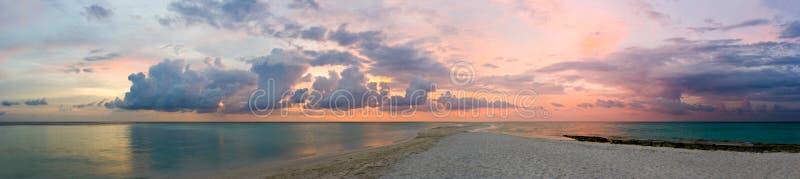 Oceaan, strand en zonsondergang stock foto