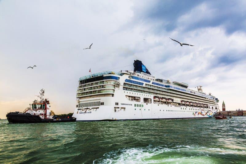 Oceaan van de cruisevoering en escorte schepen in de zeehaven in Venetië royalty-vrije stock afbeeldingen