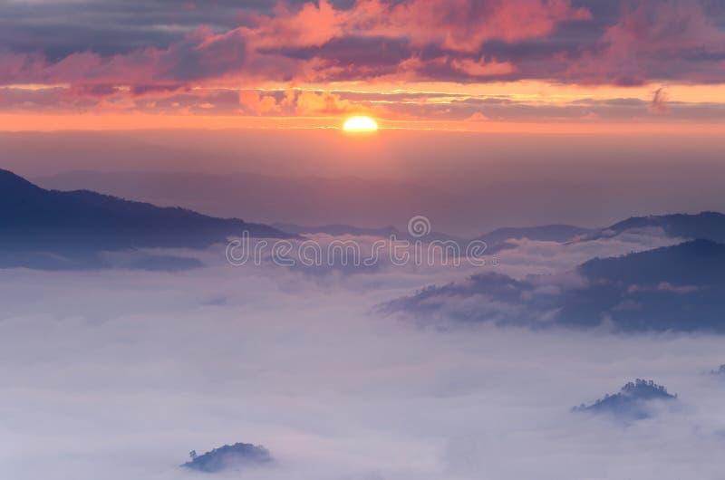 Oceaan van mist en zonsopgang stock foto's