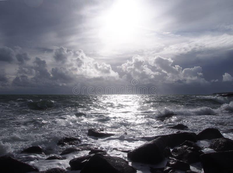Oceaan, wolken en zon stock fotografie