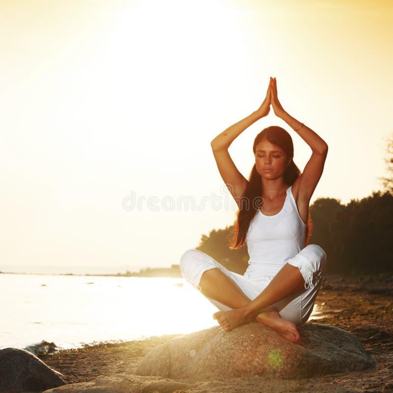 Oceaan yogazonsopgang stock foto's