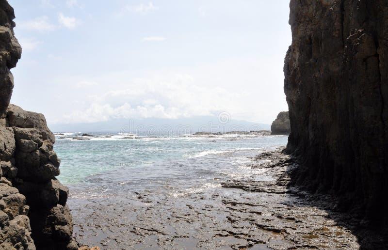 Oceaanbank tussen keien stock afbeeldingen