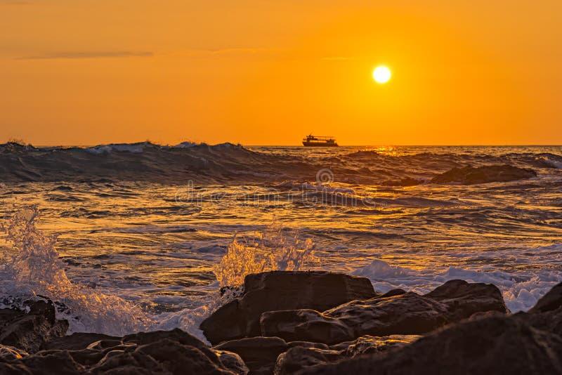 Oceaanbranding bij het Grote Eiland Hawaï de V.S. van Zonsondergang kailua-Kona stock afbeeldingen