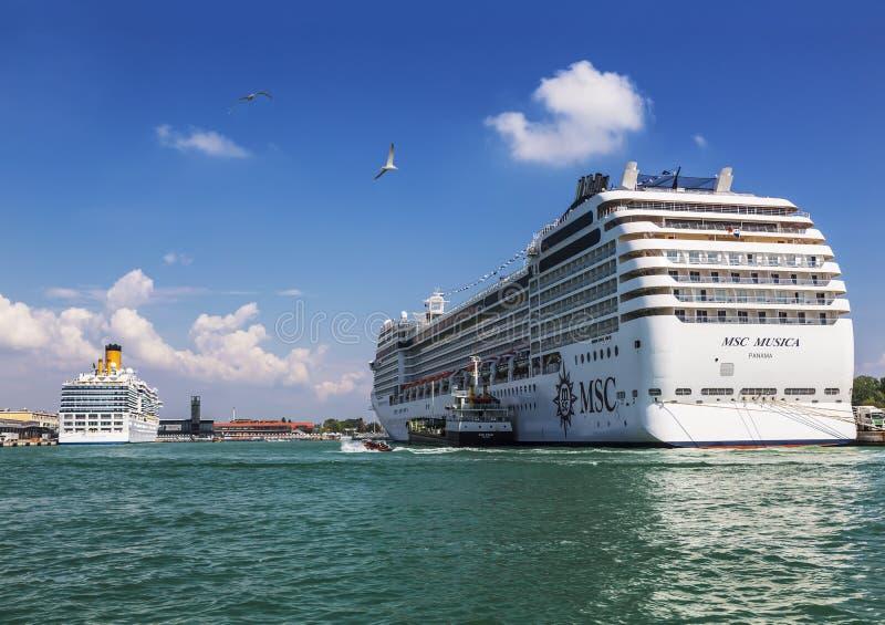 Oceaancruisevoeringen bij de pijler in de zeehaven in Venetië royalty-vrije stock afbeelding
