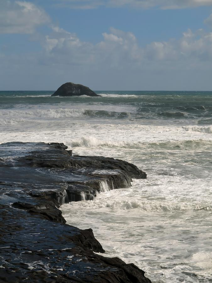 Oceaangolf die op Zwart Rocky Shore verpletteren Rocky Seacoast met Schuimende Oceaangolven royalty-vrije stock afbeeldingen