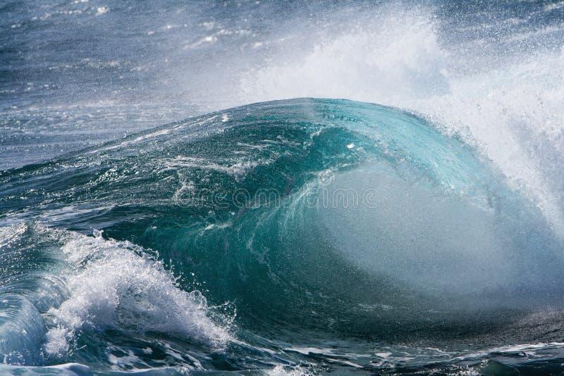 Oceaangolf in stormachtig stock afbeelding