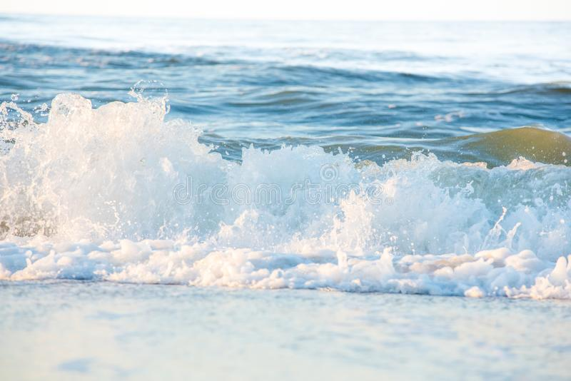 Oceaangolven die op de kust verpletteren stock afbeeldingen