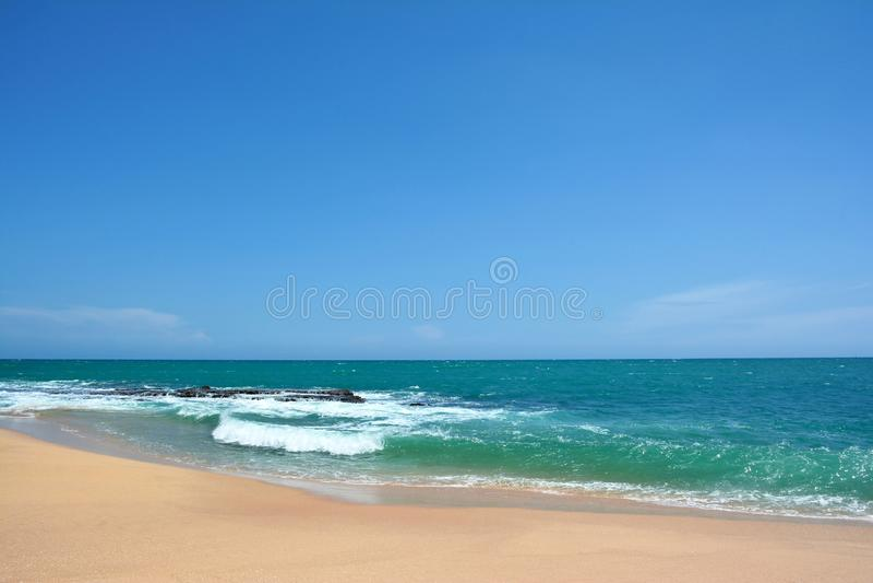 Oceaangolven met witte kappen die op de kust, Sri Lanka breken royalty-vrije stock foto's