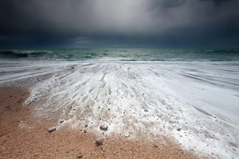Oceaangolven op rotsachtig strand royalty-vrije stock afbeelding