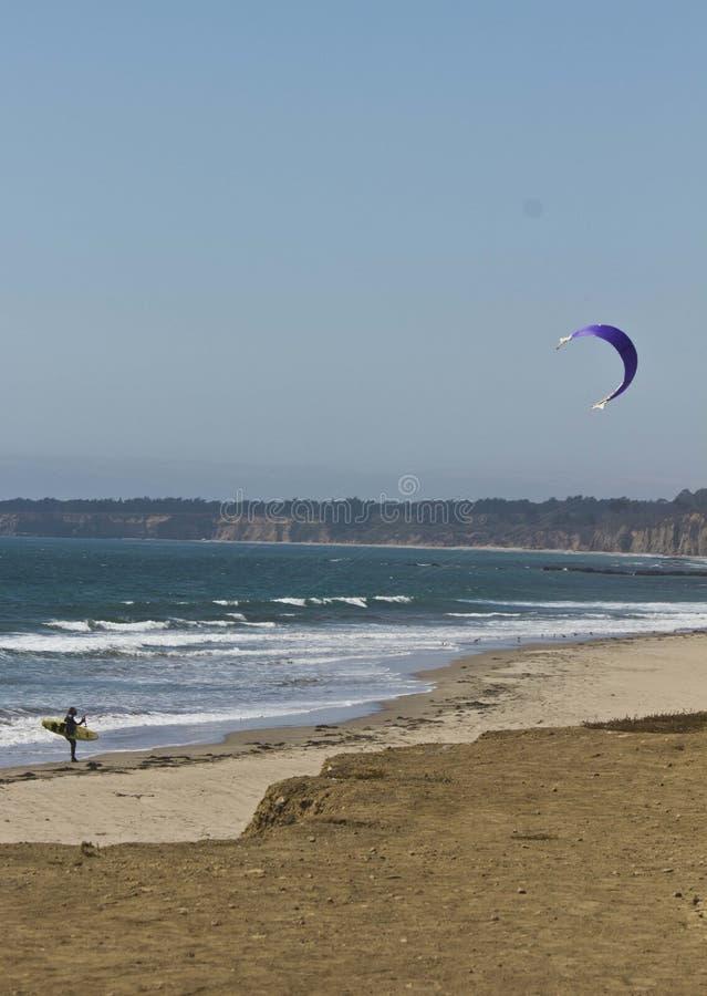 Oceaankitesurfing bij het strand stock fotografie