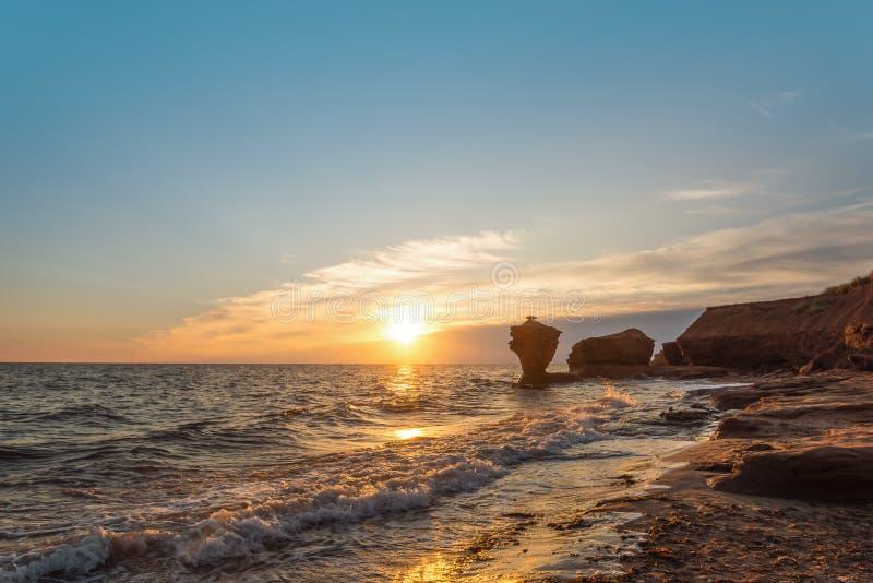 Oceaankust bij de zonsopgang stock afbeeldingen