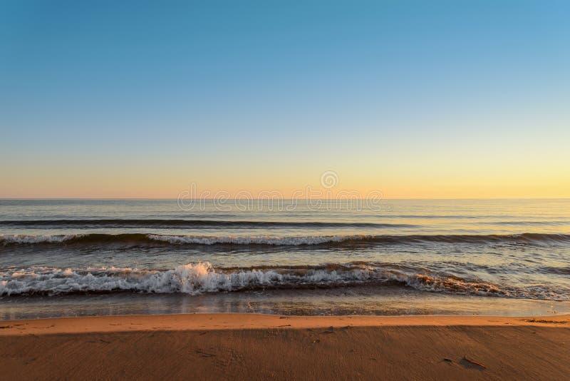 Oceaankust bij de zonsopgang stock foto's