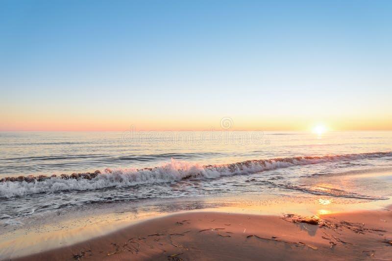 Oceaankust bij de zonsopgang stock afbeelding