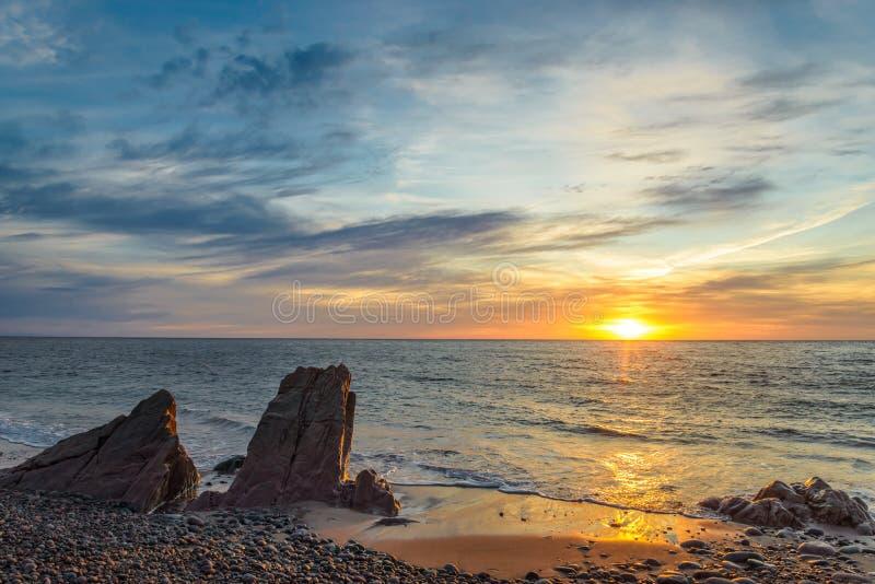 Oceaankust bij zonsopgang royalty-vrije stock afbeeldingen