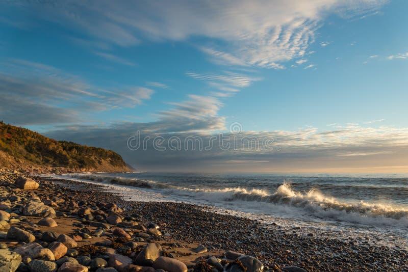 Oceaankust bij zonsopgang stock fotografie