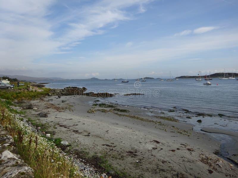 Oceaankust met Boten op Eiland van het Juragebergte, Schotland royalty-vrije stock foto