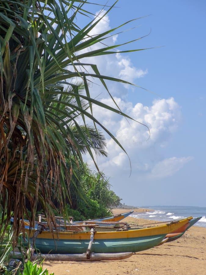 Oceaankust tegen blauwe hemel in Kalutara, Sri Lanka stock foto's