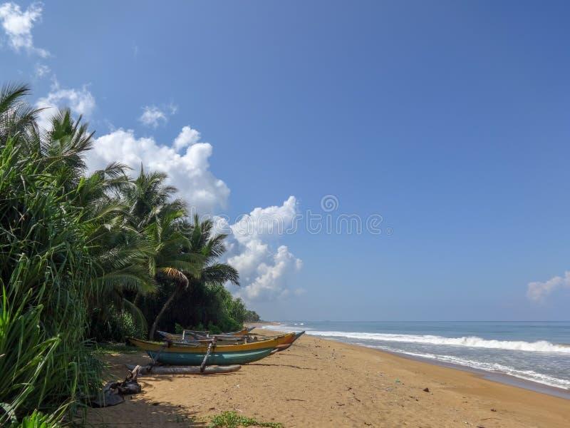 Oceaankust tegen blauwe hemel in Kalutara, Sri Lanka stock foto