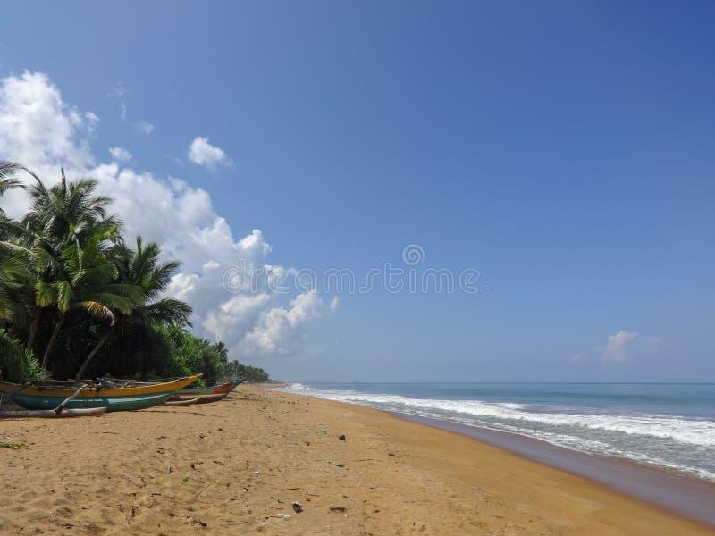 Oceaankust tegen blauwe hemel in Kalutara, Sri Lanka stock afbeelding