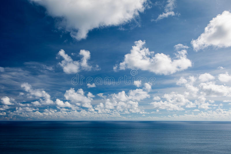 Oceaanlandschap met de eindeloze blauwe hemel met wolken royalty-vrije stock fotografie