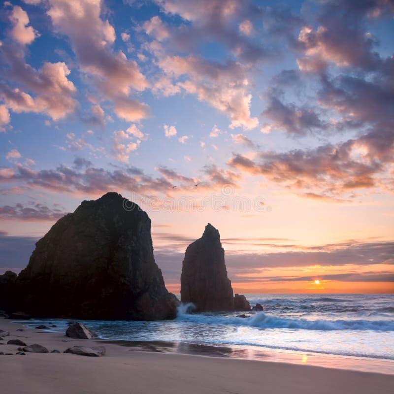 Oceaanlandschap in Zonsondergang romantische tijd stock afbeelding