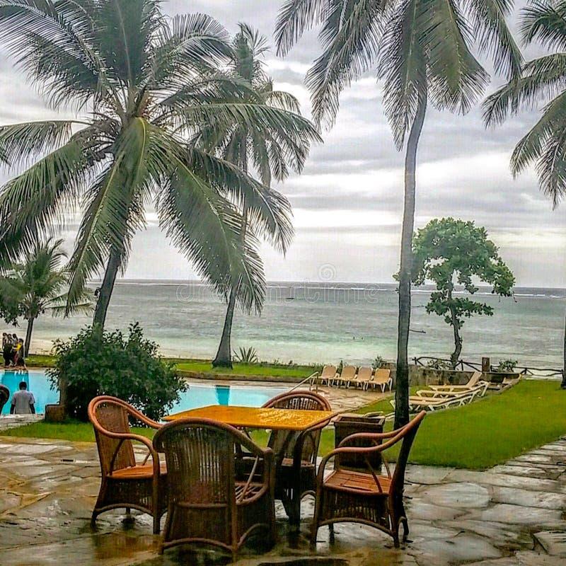 Oceaanmening op een regenachtige dag van een strand voorhotel royalty-vrije stock foto's