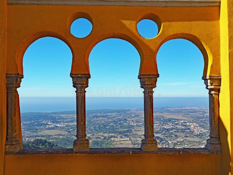 Oceaanmening van Pena-Paleis, Sintra, Portugal stock foto