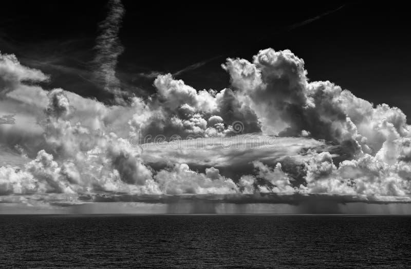 Oceaanonweersbui met Cumulonimbus Wolken en Regen stock afbeelding