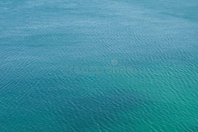 Oceaanoppervlakte met rimpelingen, overzeese textuur en achtergrond, turkoois blauw water stock fotografie