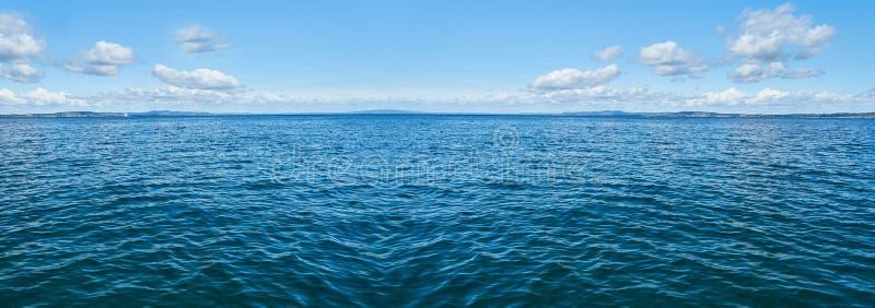 Oceaanpanoramaachtergrond met hemel en wolken royalty-vrije stock foto's
