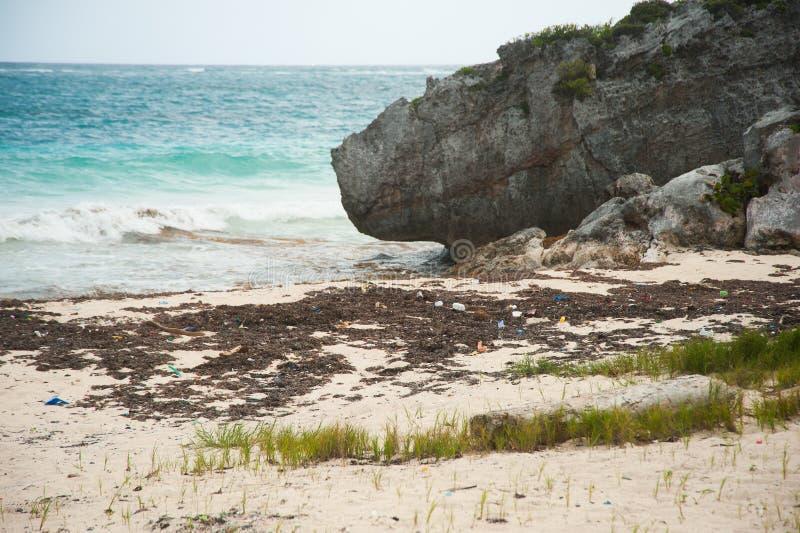 Oceaanplastiek op de kust stock foto