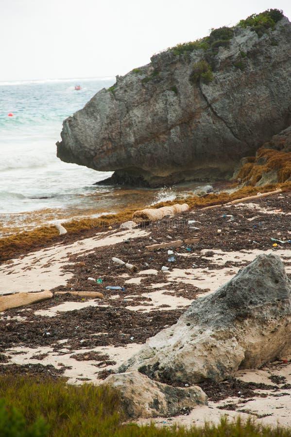 Oceaanplastiek op de kust royalty-vrije stock fotografie