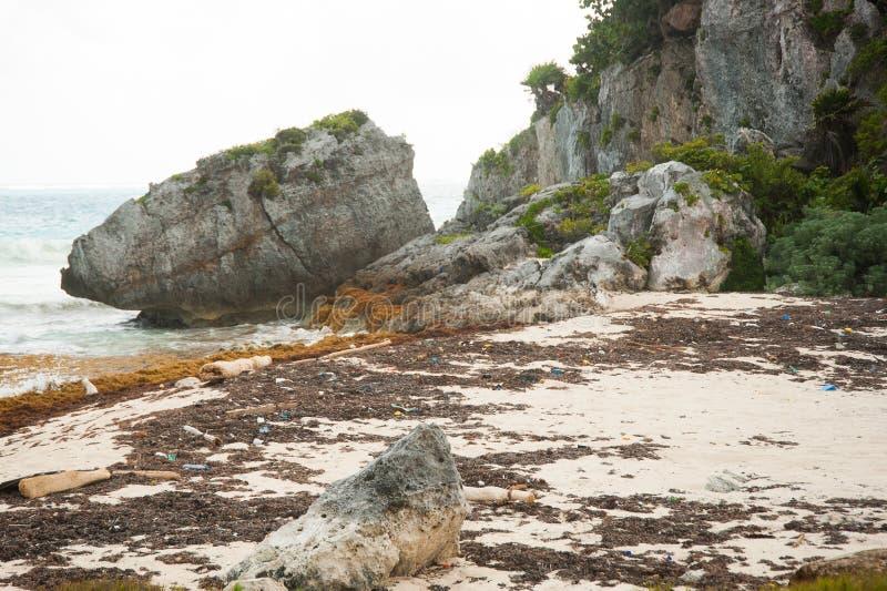 Oceaanplastiek op de kust royalty-vrije stock foto's