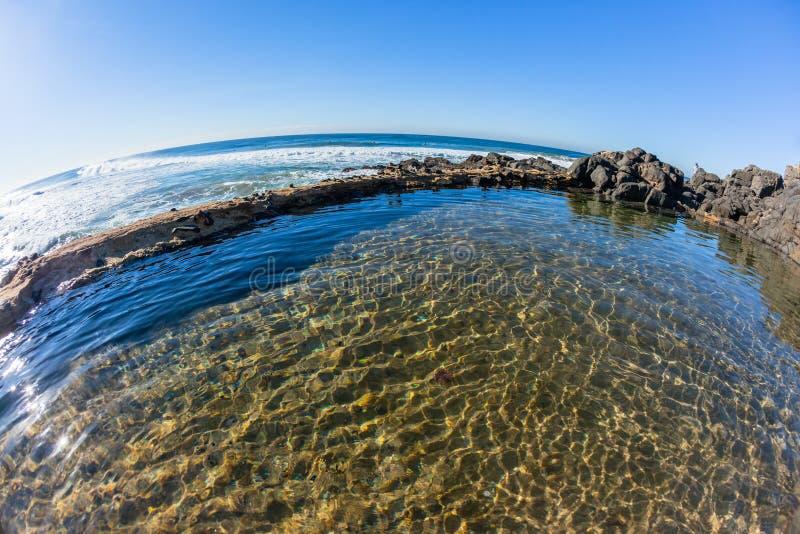 Oceaanrocky tidal swimming pool sunny-Water royalty-vrije stock foto's
