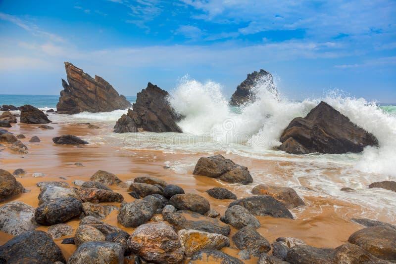 Oceaanstrandlandschap - het Grote golven breken royalty-vrije stock afbeeldingen