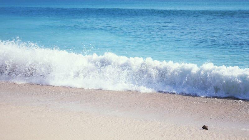 Oceaanzeegezicht toneel met grote golf die op zandige kust verpletteren bali royalty-vrije stock foto