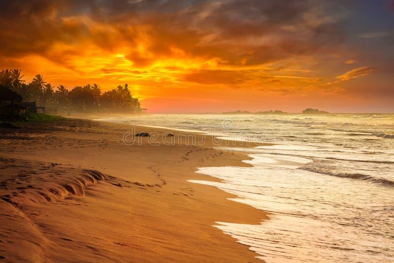 Oceaanzonsondergang op zee strand royalty-vrije stock foto's