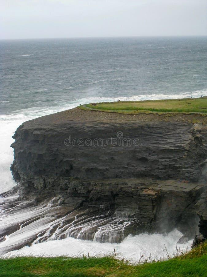 Oceanów odcieki od falez, Irlandia zdjęcia royalty free