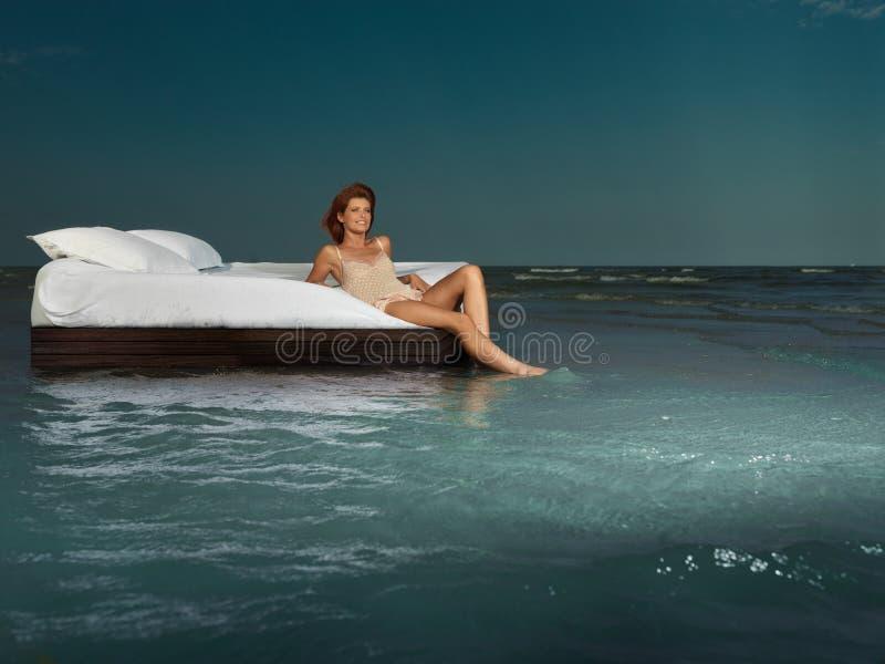 ocean łóżkowa środkowa kobieta obrazy stock