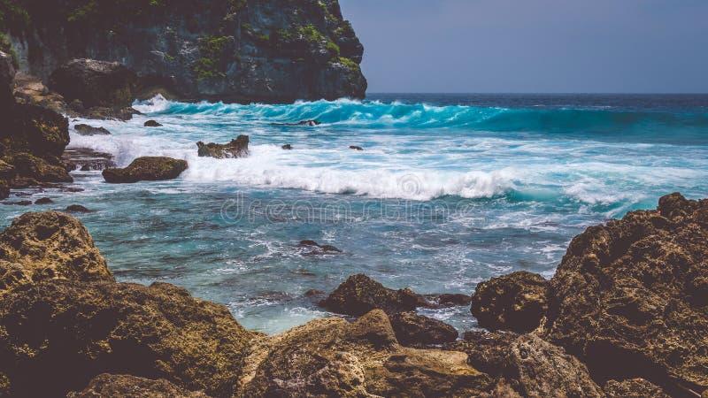 Ocean fala na Tembeling linii brzegowej przy Nusa Penida wyspą, Bali Indonezja zdjęcie royalty free