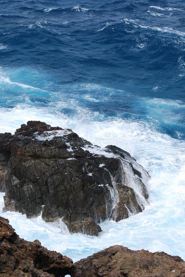 Ocean fala Rozbija Dalej Niewygładzone law skały fotografia stock