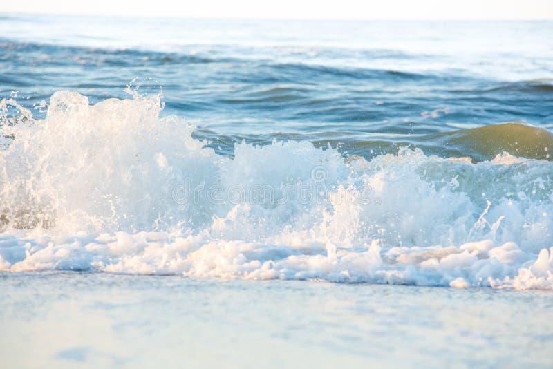 Ocean fala rozbija na brzeg obrazy stock