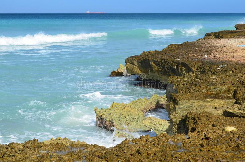 Ocean fala Rozbija na ostrze Szczerbiącej skale Wzdłuż wybrzeża obraz royalty free
