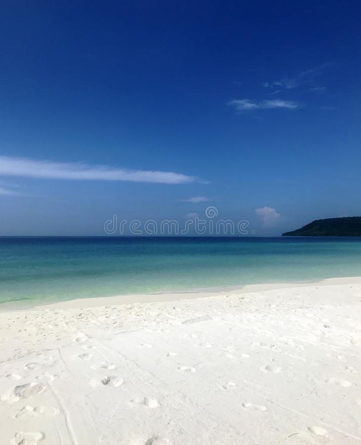Ocean, fale, palmy, zmierzch palmy Kambodża obraz stock