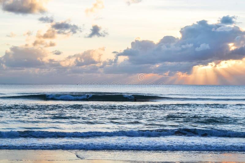 Ocean Indyjski bali Indonezja zachód słońca nad ocean fale dla kipieli fotografia royalty free