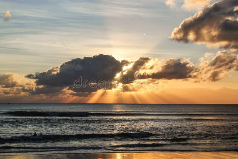 Ocean Indyjski bali Indonezja zachód słońca nad ocean fale dla kipieli obrazy royalty free
