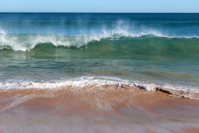 Ocean Indyjski fala stacza się wewnątrz przy nieskazitelną Binningup plaży zachodnią australią na pogodnym ranku w opóźnionej jesi zdjęcia royalty free