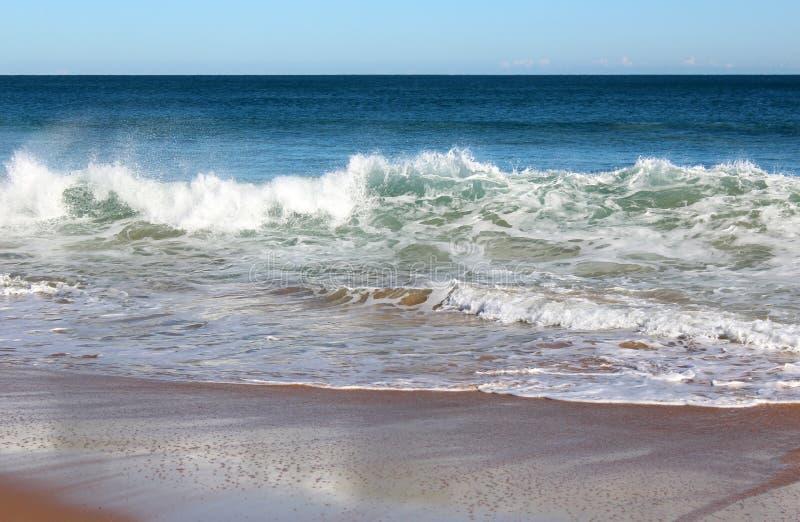 Ocean Indyjski fala stacza się wewnątrz przy nieskazitelną Binningup plaży zachodnią australią na pogodnym ranku w opóźnionej jesi obrazy royalty free