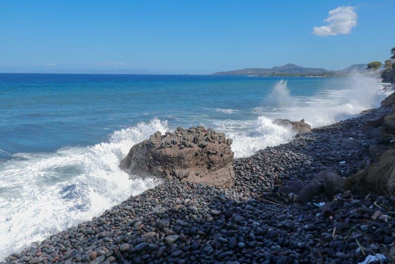 Ocean Indyjski linia brzegowa blisko Bali wyspy Duże fale uderza kamienistą plażę i atakuje skaliste brzegowe Wodne kiście zdjęcia royalty free