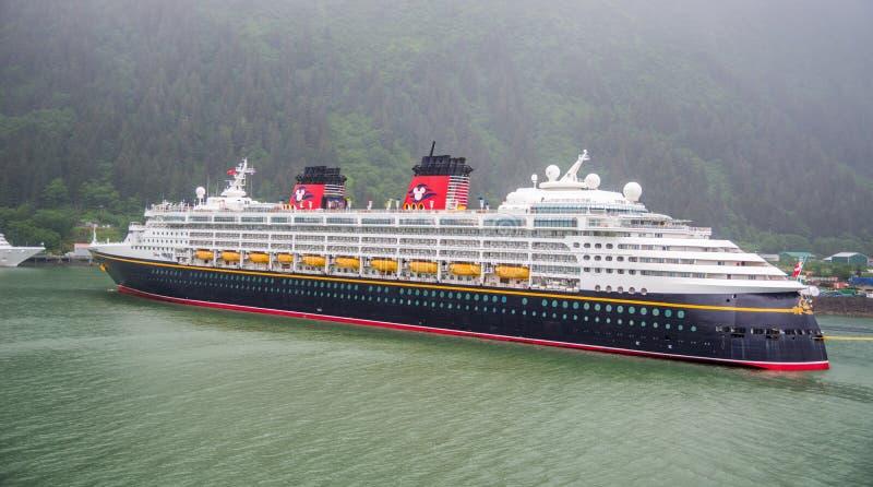 Ocean pływa statkiem z Disney statkiem na swój sposobie lodowiec zatoka, Alaska zdjęcia stock